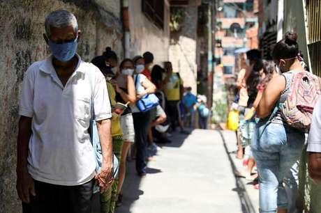 Pessoas fazem fila para receber comidade de entidade de caridade em Caracas 30/04/2020 REUTERS/Manaure Quintero