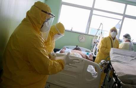 Enfermeiros do Samu preparam paciente para transporte a hospital em meio a pandemia de Covid-19, em Santo André, SP 12/05/2020 REUTERS/Rahel Patrasso