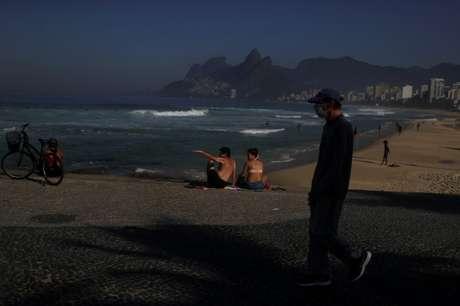 Pessoas em praia do Rio de Janeiro no primeiro dia de abertura parcial 02/06/2020 REUTERS/Pilar Olivares