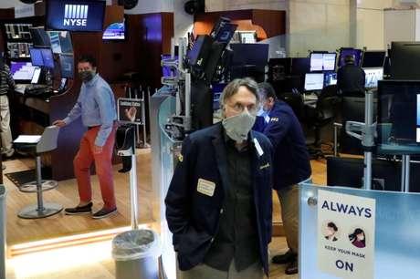 Operadores trabalham com máscaras de proteção na Bolsa de Nova York, EUA 27/05/2020 REUTERS/Lucas Jackson