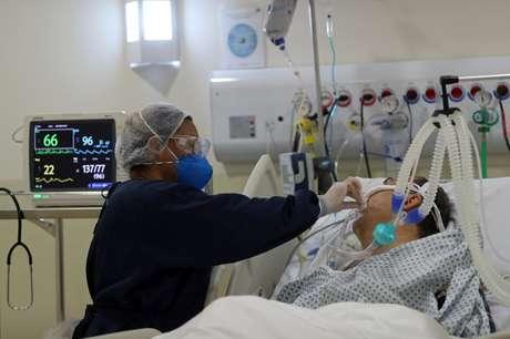 Enfermeira atende paciente da Covid-19 em hospital municipal em São Paulo 03/06/2020 REUTERS/Amanda Perobelli