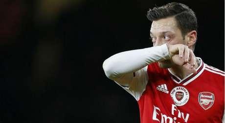 Sem contrato com a Adidas Özil deixará de receber quase R$ 20 milhões por ano (Foto: Ian KINGTON / AFP)