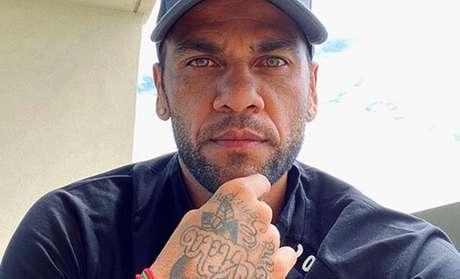 Daniel Alves reagiu a ofensa racista durante jogo do Barcelona seis anos atrás