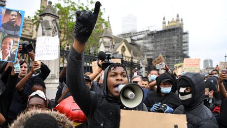 """John Boyega durante discurso inflamado em Londres: """"Doloroso ser lembrado que sua raça não significa nada"""""""