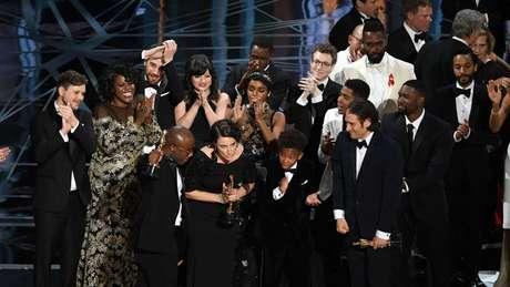Elenco e equipe técnica de 'Moonlight - Sob a Luz do Luar' sobem ao palco após vitória no Oscar em 2017