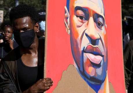 Manifestante segura cartaz com rosto de George Floyd durante protesto em Nova York 03/06/2020 REUTERS/Caitlin Ochs