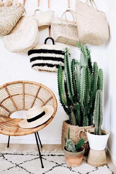 2. As cadeiras de rattan são peças que se harmonizam com a decoração tropical chique. Fonte: Pinterest