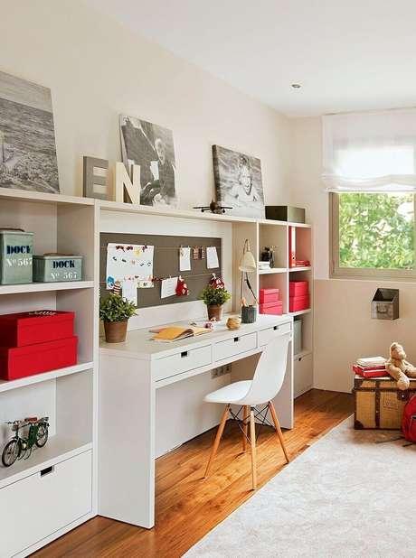 4. Ambiente de trabalho em casa com caixas organizadoras, mesa com gavetas e mural para organizar papéis – Fonte: Advento Proyectos