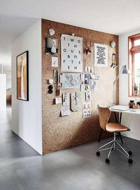 3. Home office com parede com fotos, papéis e objetos inspiracionais – Fonte: Advento Proyectos