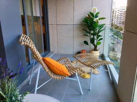 5. Varanda com cadeira de descanso e plantas nos cantos – Fonte: Servicios Arrugaeta