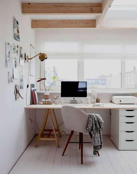 1. Espaço home office com cadeira, mesa, gavetas e com janela próxima – Fonte: Scd Móveis Planejados