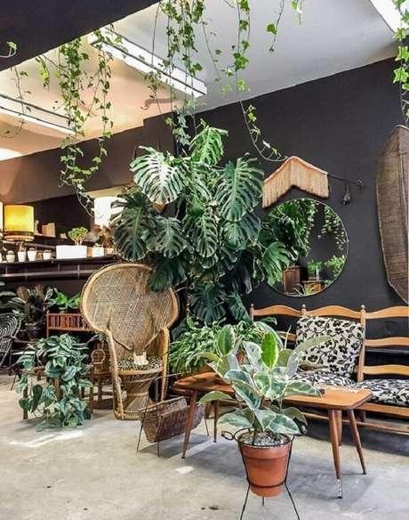 1. Sala de estar com decoração tropical chique cercada pelo verde. Fonte: Pinterest