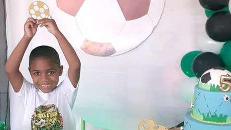 Morte de garoto de 5 anos enquanto estava aos cuidados da patroa de sua mãe levou a novos relatos nas redes sociais