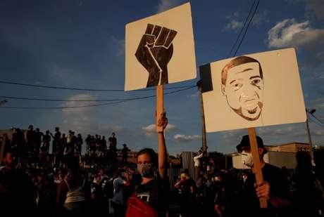 Manifestantes protestam contra racismo em Paris 02/06/2020 REUTERS/Gonzalo Fuentes