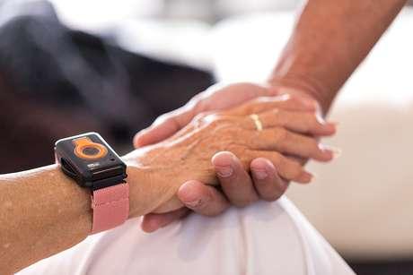Vista de pessoa usando dispositivo de rastreamento para tratamento de saúde.