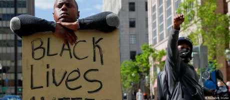 """""""Vidas negras importam"""": manifestante segura cartaz em protesto pela morte de George Floyd em Boston"""