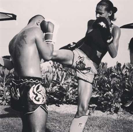 Gracie lutando muay thai na Tailândia (Foto: Divulgação)