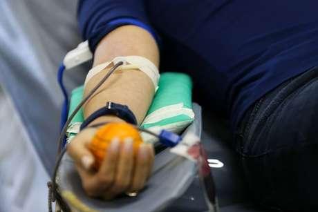 """Regras atuais da Anvisa e do Ministério da Saúde proíbem a doação de sangue por """"homens que fazem sexo com homens"""" pelo período de 12 meses após a última relação sexual"""