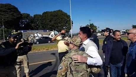 Ignorando regras de proteção contra a covid-19 no Estado de Goiás, presidente parou para conversar e cumprimentar policiais rodoviários federais.