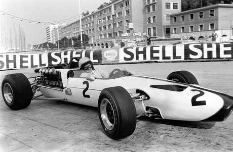 Bruce McLaren conduz seu próprio carro no GP de Mônaco de 1966.