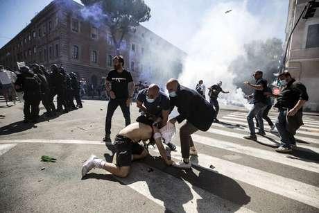 Manifestação de grupo neofascista é marcada por confronto em ruas de Roma