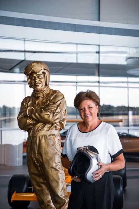 Amanda McLaren ao lado da estátua de seu pai: orgulho do legado.