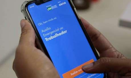 Sem acesso à internet, brasileiros não conseguem se cadastrar no aplicativo ou site da Caixa.