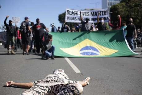Pautas como racismo e antifascismo compõem a agenda dos manifestantes na Esplanada dos Ministérios, em Brasília