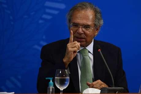 Guedes quer tirar faixas da população da linha de pobreza após o coronavírus.