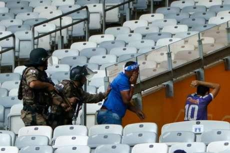 Na partida que rebaixou o Cruzeiro para a segunda divisão, houve uma série de confusões no Mineirão-(Foto: Felipe Correia/Photo Premium/Lancepress!)