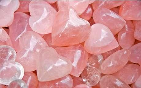 O Quartzo rosa é um dos cristais do amor mais famosos - Crédito: mahey/Shutterstock