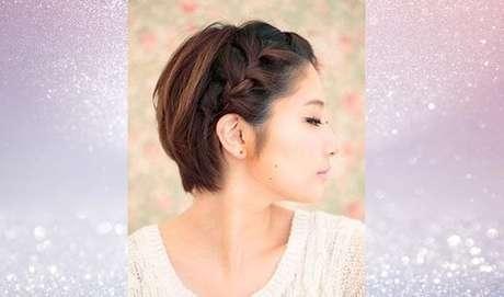 E até quem tem o cabelo bem curtinho pode aderir à trança. Esta da foto é embutida e termina atrás da orelha – Foto: Reprodução/Pinterest
