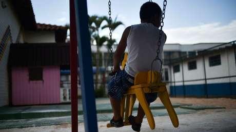 'A gente está se reinventando a cada dia, com festas e atividades, para este período não ser maçante para as crianças', conta funcionária de abrigo
