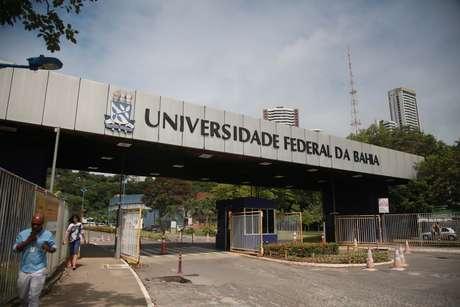Vista do portão de entrada do Campus de Ondina da Universidade Federal da Bahia (UFBA), em Salvador (BA)