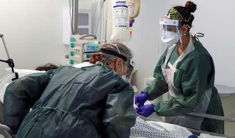 Enfermeiras monitoram paciente em hospital no Reino Unido. 22/05/2020. Reuters/Steve Parsons.