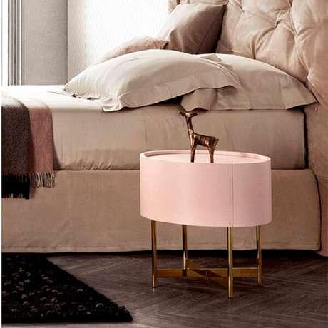 45. Criado mudo redondo branco com acabamento dourado. Fonte: Pinterest