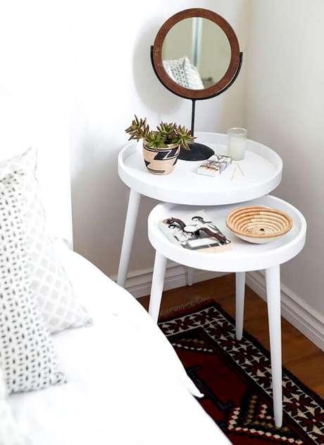 36. A mesa redonda criado mudo ocupa o pequeno espaço na lateral da cama. Fonte: Pinterest