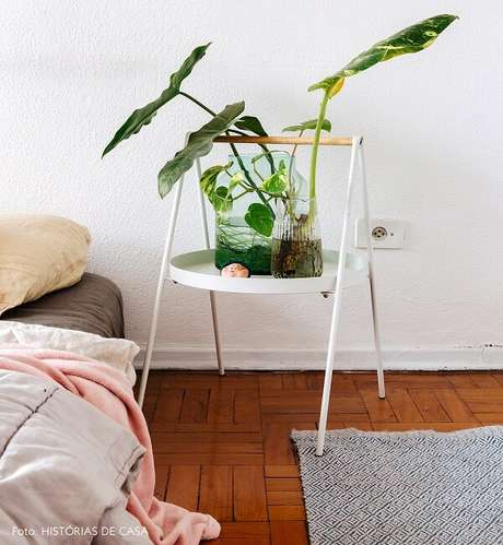 46. Criado mudo redondo branco serve de apoio para o vaso de planta. Fonte: Pinterest