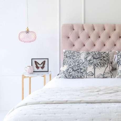 48. Criado mudo redondo com design delicado complementa a decoração do quarto clean. Fonte: Pinterest