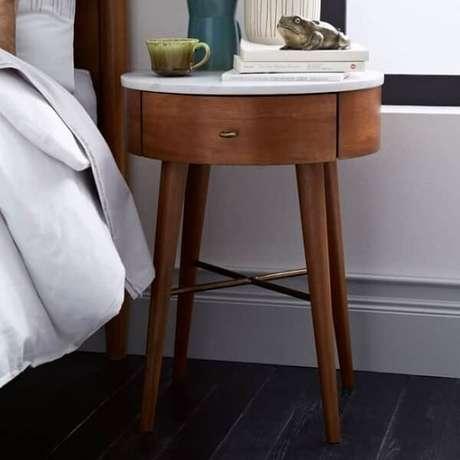 32. Criado mudo redondo com gaveta e pés de palito. Fonte: Pinterest