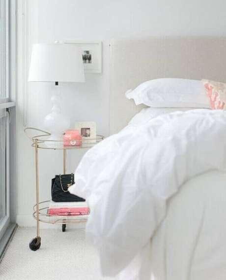 42. Criado mudo redondo dourado para quarto clean. Fonte: Coco Kelley
