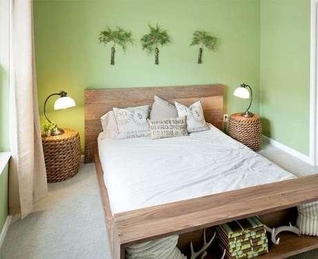 39. Criado mudo redondo posicionado ao lado da cama de casal é feito de cesto de vime. Fonte: Designs LLC