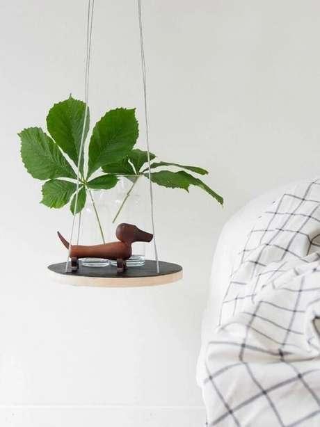 40. Criado mudo redondo suspenso feito com placa de madeira. Fonte: Monsters Circus