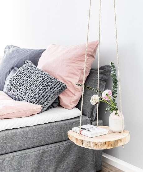 2. Criado mudo redondo suspenso feito com madeira e corda. Fonte: Westwing