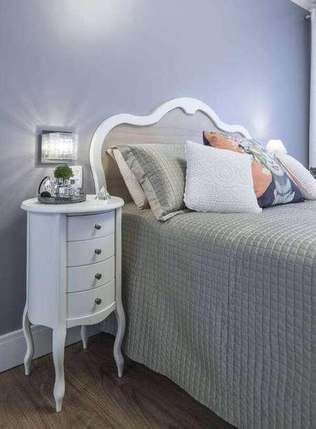 22. Dormitório estiloso com criado mudo redondo retrô. Projeto por Modi Arquitetura Interiores