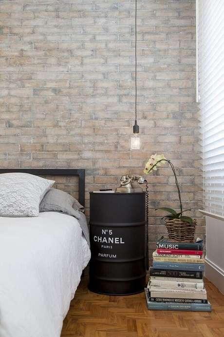 18. Inove na decoração e invista em um criado mudo redondo de barril. Fonte: Julia Juliano Arquitetura