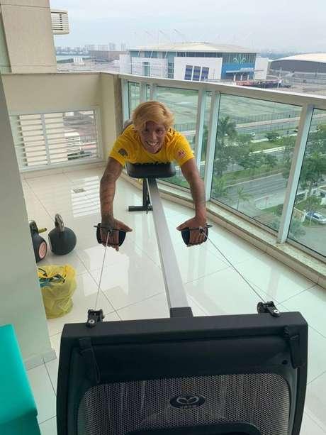 Ana Marcela treinando em sua casa (Foto: Divulgação/Ajinomoto do Brasil)