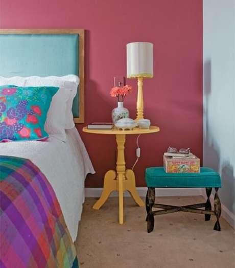 37. A mesa redonda criado mudo em tom amarelo trouxe luz para a decoração do quarto. Fonte: Pinterest