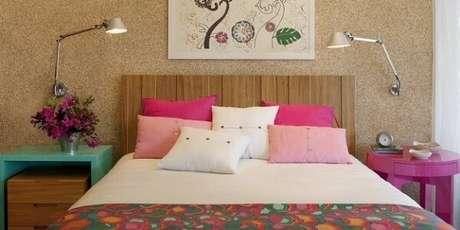 38. O criado mudo redondo rosa trouxe cor para o quarto. Fonte: Pinterest