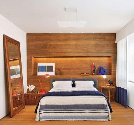 25. Quarto rústico com criado mudo redondo de madeira. Fonte: Essência Móveis de Design